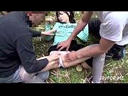 พาเด็กสาวมารุมเย็ดรูหีในป่า เย็ดดีๆระวังหญ้าแทงหีแทงควย